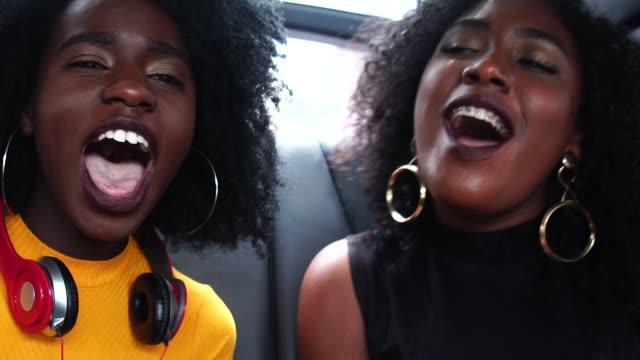 vídeos de stock e filmes b-roll de friends listening to the music and enjoying inside the car - alegria
