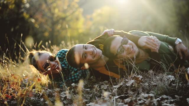 vänner liggande på gräset - ligga på mage bildbanksvideor och videomaterial från bakom kulisserna
