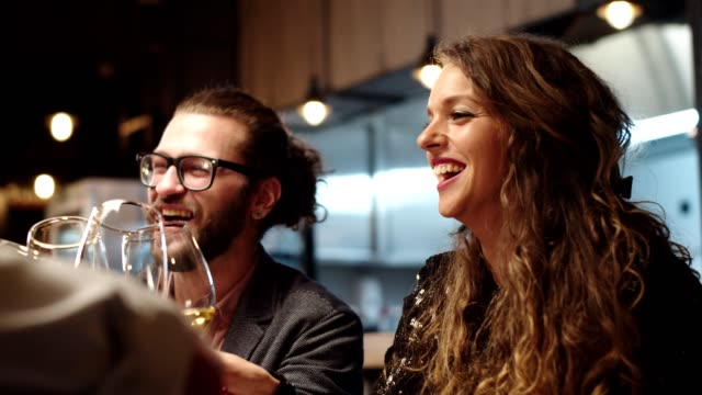 stockvideo's en b-roll-footage met vrienden maken een toast met witte wijn. - dineren