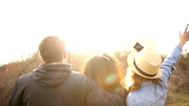 vídeos y material grabado en eventos de stock de amigos haciendo autofoto, vista posterior - memorial day weekend
