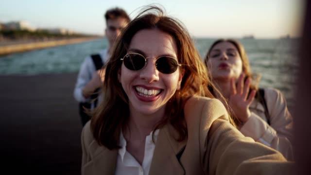 friends making vlog on their vacation - поколение z стоковые видео и кадры b-roll