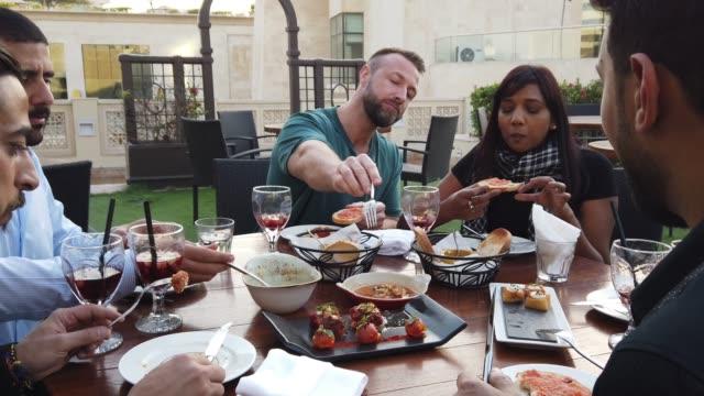 freunde meeting über einen freitag brunch in einem rooftop restaurant in dubai - brunch stock-videos und b-roll-filmmaterial