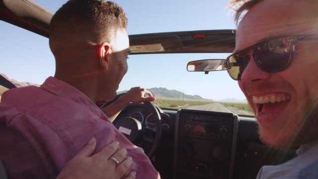 freunde auf road trip fahren in cabrio auto ball r3d - männliches tier stock-videos und b-roll-filmmaterial