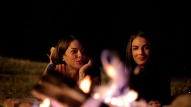 キャンプ、夜のシーンで友人 ビデオ