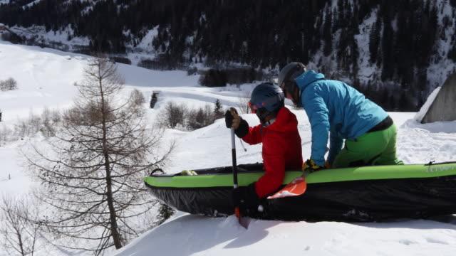 Amis «paddle» kayak gonflable bas snowslope - Vidéo