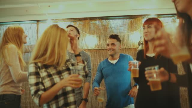 vídeos de stock, filmes e b-roll de festa de amigos e dançar junto - reunião encontro social