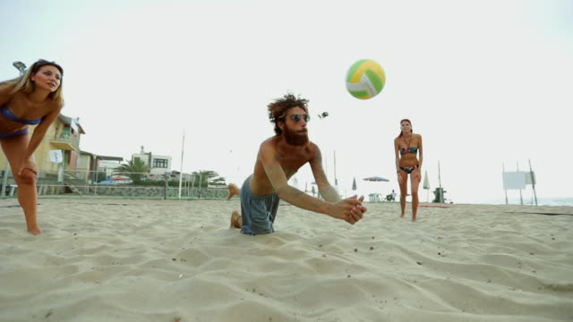 Freunden Beachvolleyball spielen und Spaß haben – Video