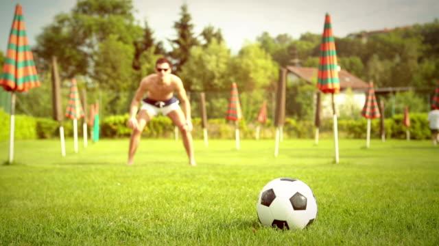 vídeos de stock, filmes e b-roll de amigos jogar futebol - campeonato esportivo