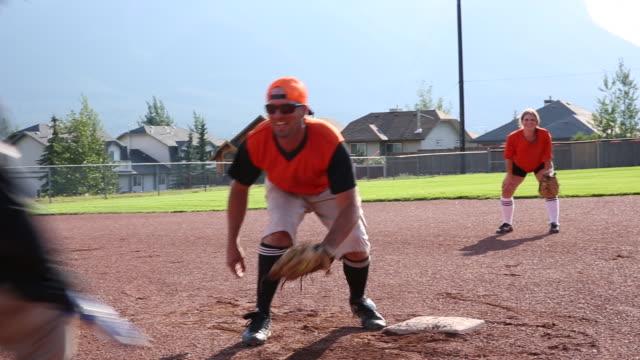 Freunde spielen Softball in ausgewiesengestellter Baseballhöhe – Video