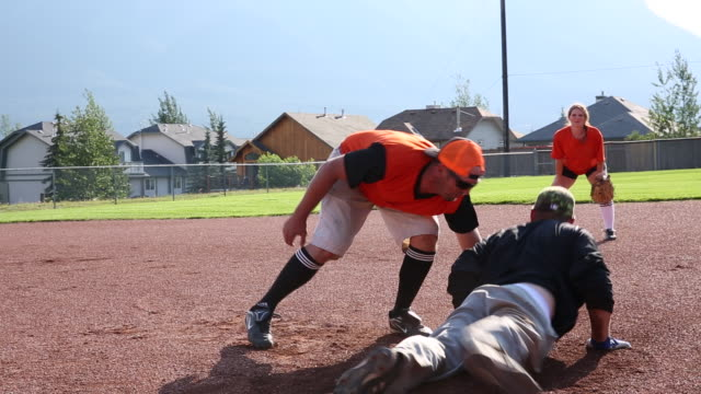 vídeos de stock, filmes e b-roll de softball do jogo dos amigos no passo designado do basebol - softbol esporte