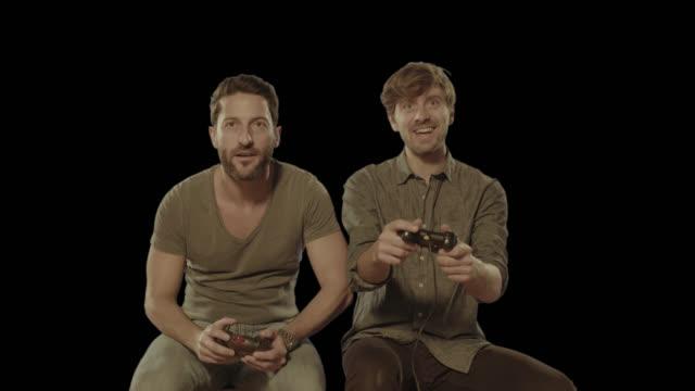 Freunde spielen Videospiele zu Hause fühlen. Isoliert, Clip Alpha Kanal in 4 k-version – Video