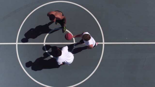 stockvideo's en b-roll-footage met vrienden spelen basketbal op park - basketbal teamsport