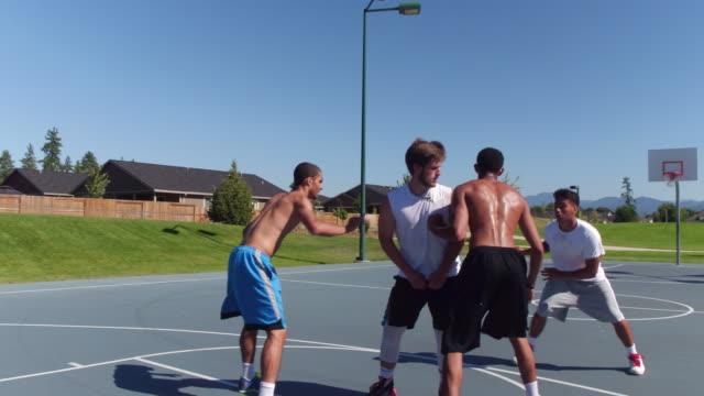 vidéos et rushes de amis, jouer au basket-ball au parc - basket ball