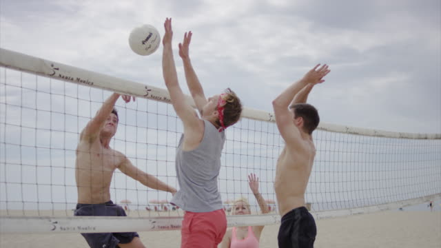 Freunde spielen Sie beach-volleyball – Video