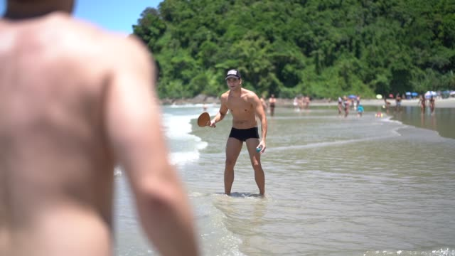 お友達と遊んで frescobol やテニスの浜ビーチ - ブラジル文化点の映像素材/bロール