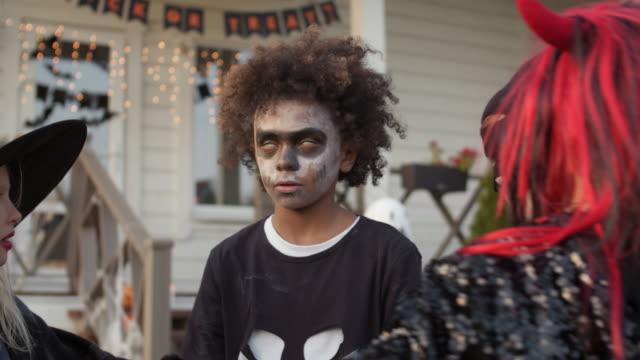 friends playing on halloween party - four seasons filmów i materiałów b-roll