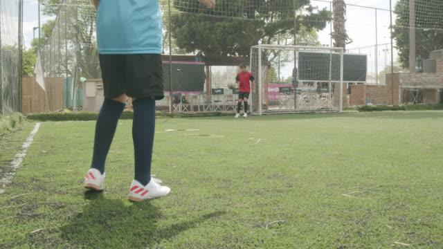 freunde spielen gemeinsam fußball - strafstoß oder strafwurf stock-videos und b-roll-filmmaterial