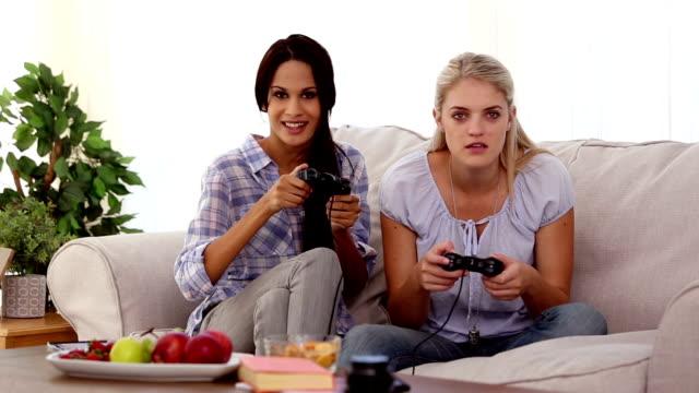 vídeos de stock e filmes b-roll de amigos, jogar jogos de vídeo em - coffee table