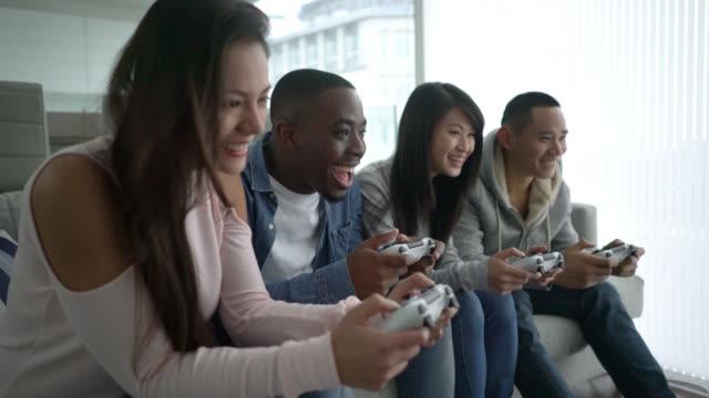 vídeos de stock, filmes e b-roll de amigos jogando video games - game