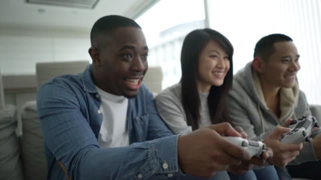 video oyunları oynarken arkadaşlar - eğlence oyunları stok videoları ve detay görüntü çekimi