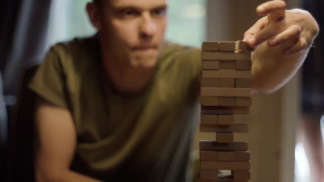 vänner som spelar med trä spelet. risken metafor - rådig bildbanksvideor och videomaterial från bakom kulisserna