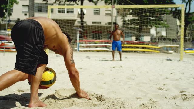 Amigos prática chutar um objetivo em uma praia no Brasil. - vídeo