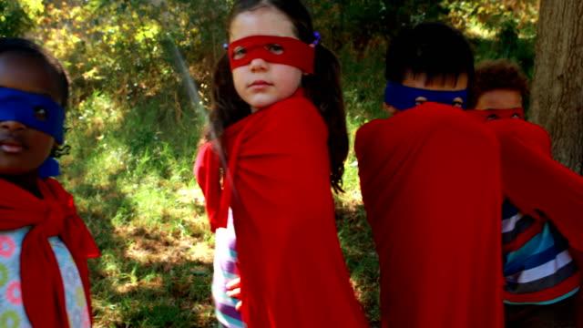 freunde, die vorgibt, ein superheld im park - held stock-videos und b-roll-filmmaterial