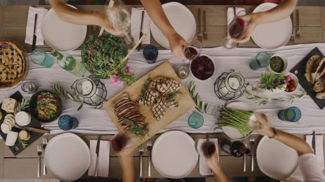 vänner som höjer en skål - vin sommar fest bildbanksvideor och videomaterial från bakom kulisserna