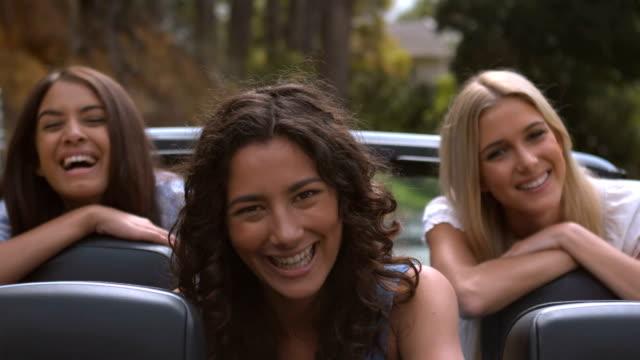 stockvideo's en b-roll-footage met friends smiling and shaking their hair - zwart haar