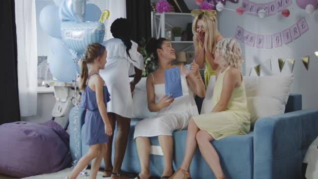 vídeos y material grabado en eventos de stock de amigos sorprendiendo a la joven madre - baby shower