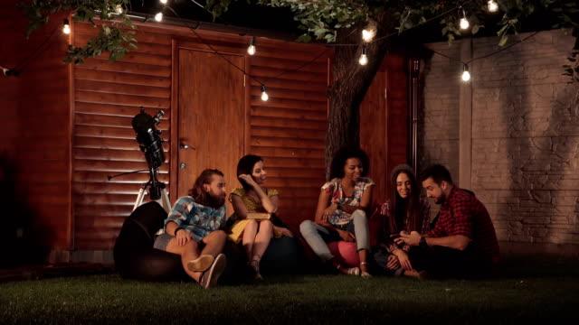 Amigos tomando selfie en patio trasero - vídeo