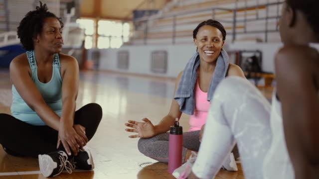 dans sınıfı ve içme suyundan sonra konuşan arkadaşlar - orta yetişkin stok videoları ve detay görüntü çekimi