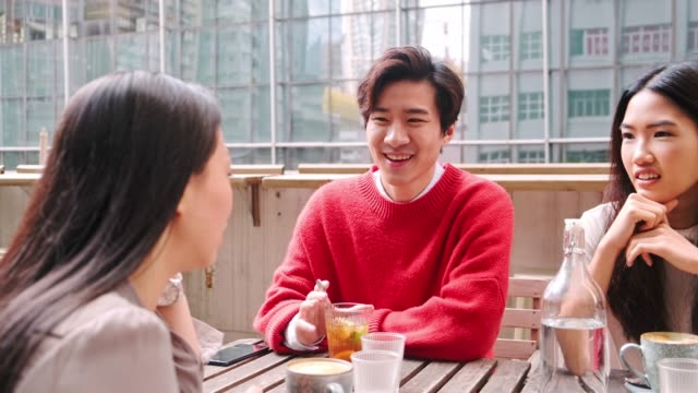 freunde reden im café im freien - chinesischer abstammung stock-videos und b-roll-filmmaterial