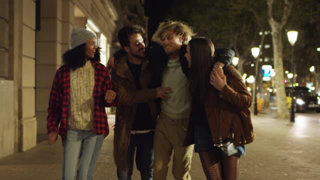 밤에 보도에 걷고 있는 동안 얘기 하는 친구 - 20 29세 스톡 비디오 및 b-롤 화면