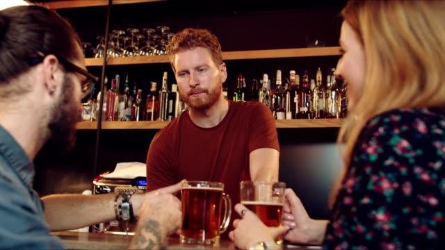vänner pratar med bartender. - pub bildbanksvideor och videomaterial från bakom kulisserna