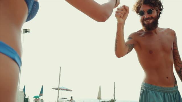 Freunde Team spielen Sport: hohe fünf und Einheit – Video