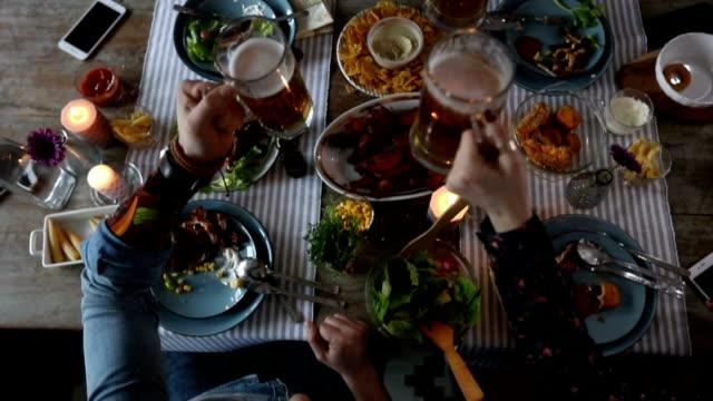 vídeos y material grabado en eventos de stock de amigos de tostado y bebiendo cerveza durante el almuerzo - estilo de vida rural