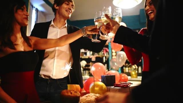 Freunde auf der Party für das neue Jahr Toasten – Video