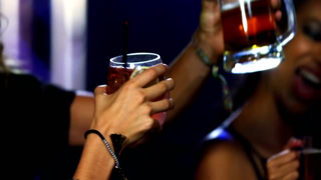 友達のカクテル グラスを乾杯 ビデオ