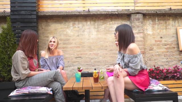 amici che brindano ai cocktail - arto umano video stock e b–roll