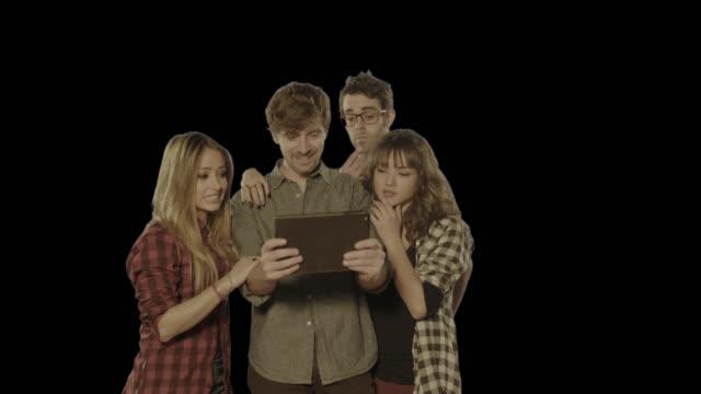 vídeos de stock e filmes b-roll de amigos assistir a correspondência no tablet. isolado clip canal alfa disponível na versão 4 k - tv e familia e ecrã