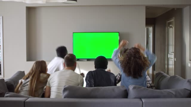 クロマのテレビでスポーツ観戦の友人キー画面 - 注視する点の映像素材/bロール
