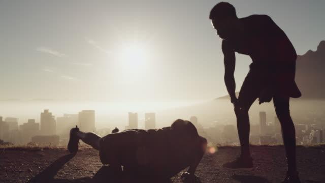 stockvideo's en b-roll-footage met vrienden die je helpen door de pijn heen te duwen zijn onbetaalbaar - fitnessleraar