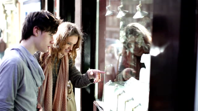 freunde schaufensterbummel - schaufenster stock-videos und b-roll-filmmaterial
