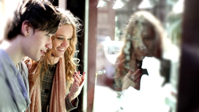 vídeos y material grabado en eventos de stock de amigos ventana de compras - moda de otoño