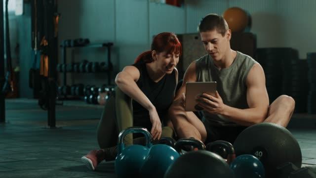Freunde mit digital-Tablette in Turnhalle – Video