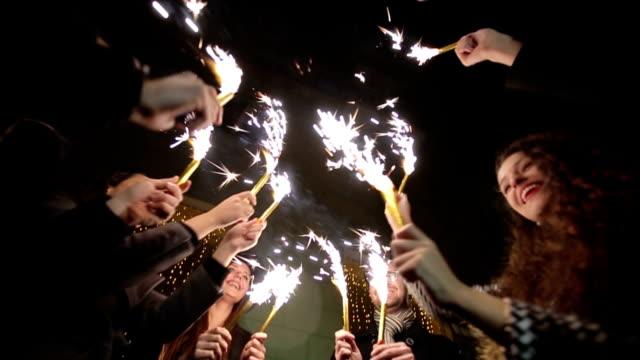 Amigos con sparklers dancing. Cámara lenta - vídeo