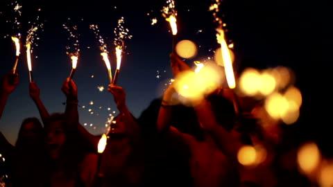 vidéos et rushes de amis danser avec des cierges magiques - hipster personne
