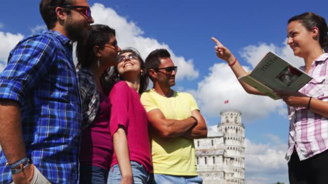 arkadaş grubu piazza dei miracoli turist rehberi - pisa kulesi stok videoları ve detay görüntü çekimi