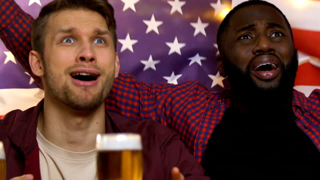 vídeos de stock e filmes b-roll de friends with usa flag watching game in pub, happy about national team victory - liga desportiva